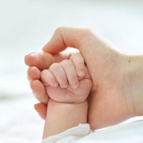 Bebekler Neden Ellerini Yumruk Yapar?